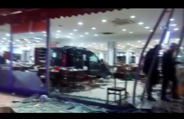 Bursa'nın Ünlü Restoranına Dalan Araç Müşterileri Ezdi!