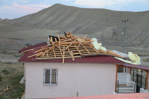 Oltu'da şiddetli fırtına evin çatısını uçurdu