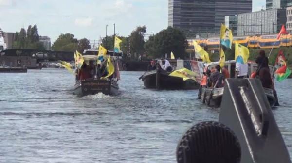 A'dam'da PKK'lılar tekne turu ile Türkiye protestosu yaptı!