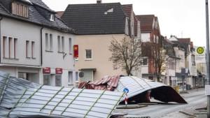 Avrupa'da Fırtına: 5 Kişi Öldü, Amsterdam'da Uçuşlar İptal Oldu