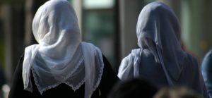 'BAŞÖRTÜLÜLERİ RESTORANA ALMAYIN' UYARISI