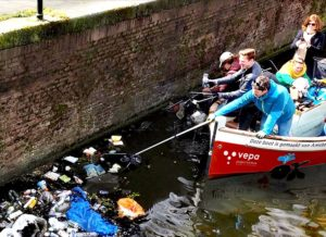 Amsterdam'da turistler kanallardan çöp topluyorlar