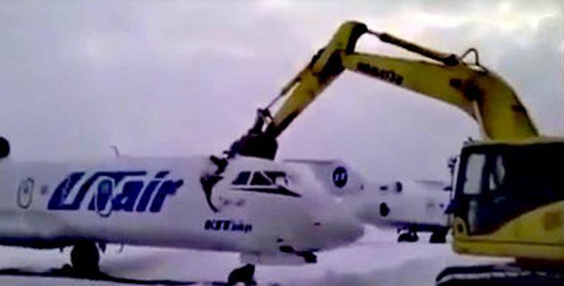 İşten çıkarıldı… Dozerle uçağı parçaladı