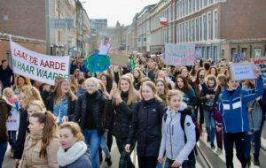 HOLLANDA'DA 15 BİN ÖĞRENCİ HÜKÜMETİ PROTESTO ETTİ