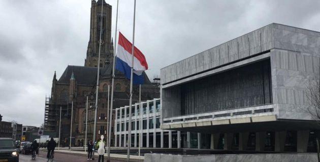 Arnhem Belediyesi Hollanda Bayrağın Yarıya İndirdi
