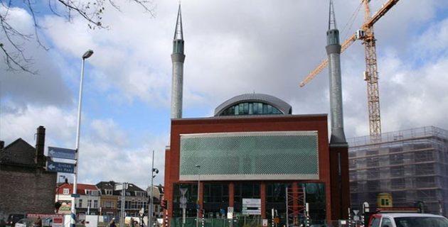 Hollanda'da Yeni Zelandalı Kadın Camiye Gelerek Özür Diledi