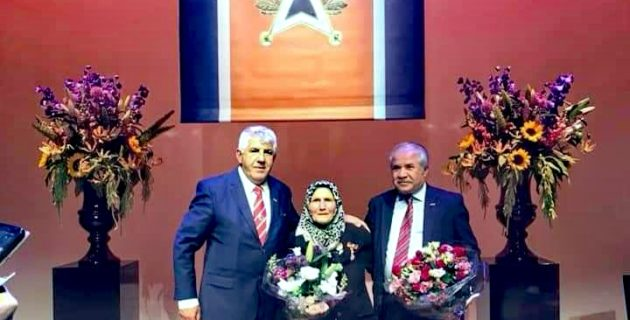 82 Yaşındaki Türk'e Kraliyet Nişanı Verildí