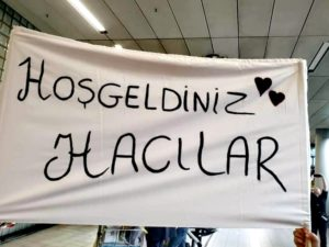 Hollanda Türk Federasyon hac kafilesi hacıları güllerle karşılandı.
