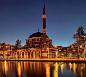 Hollanda'da Amsterdam Ayasofya Camisi'ne saldırı düzenlendi