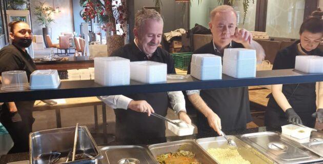 Lahey Büyükelçisi Şaban Dişli ihtiyaç sahiplerine gönüllü olarak yemek yaptı