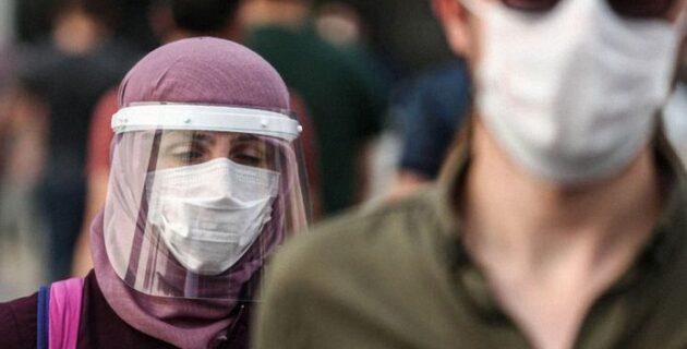 Maske takmayı reddeden yolcular Amsterdam'da uçaktan indirilerek gözaltına alındı